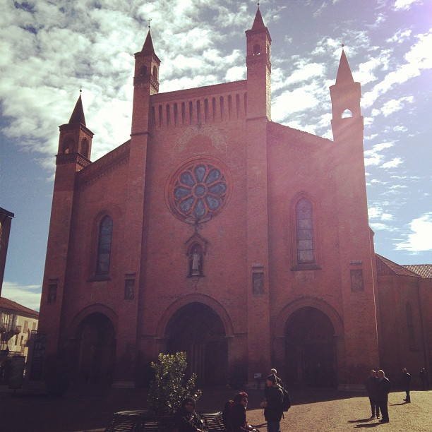 The #sun is out for #Easter! Cattedrale San Lorenzo, Alba #italy #pasqua March 31, 2013 at 1053AM